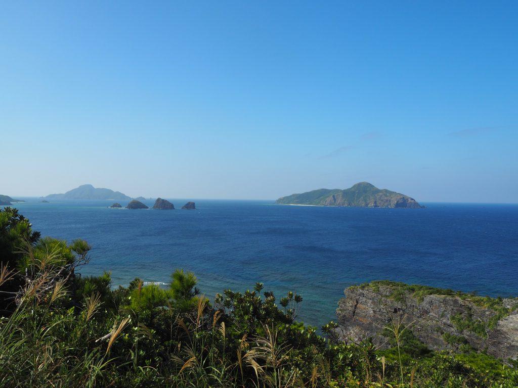 慶良間諸島の島々と青い海を望む
