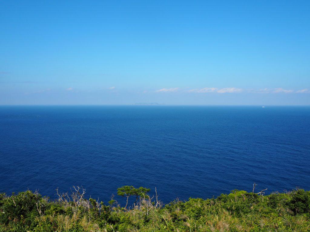 渡名喜島の島影が見える