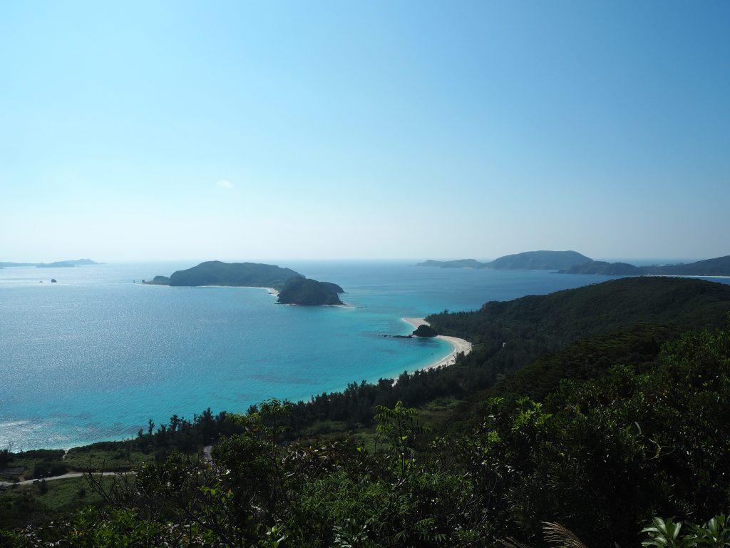 古座間味ビーチとその沖にあるのが安室島