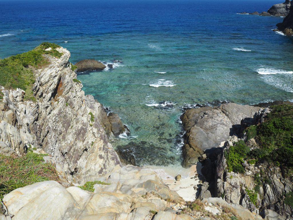 断崖の上から見る砂浜が印象的なチシ展望台