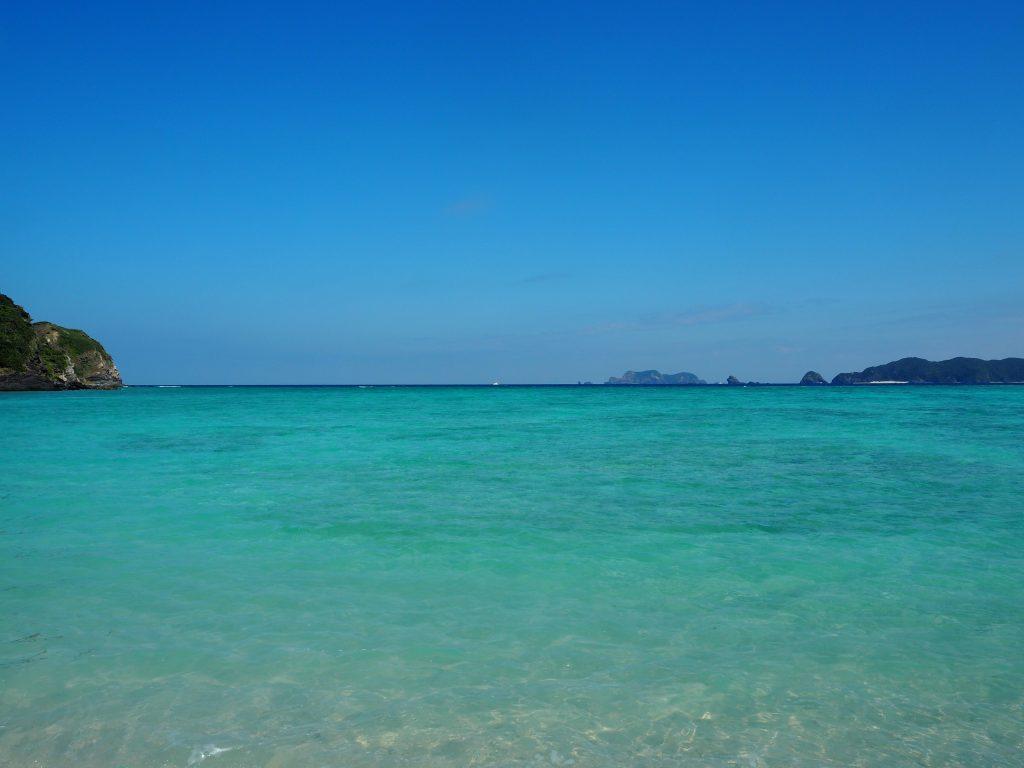エメラルドグリーン色の美しい海だ