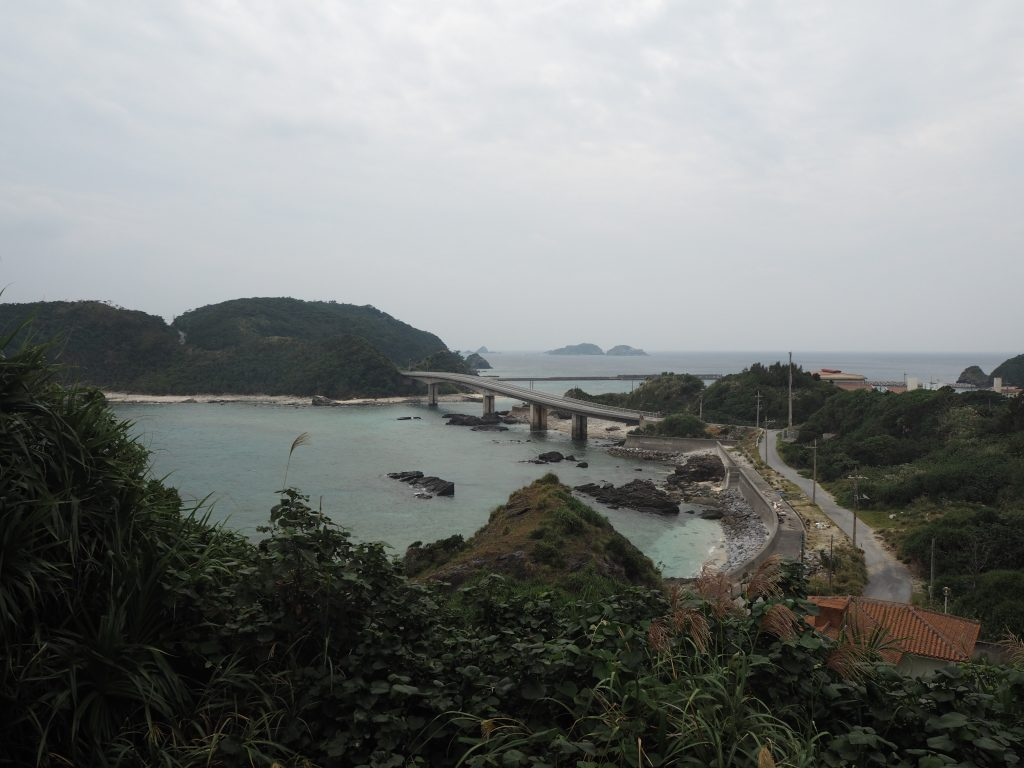 慶留間島のアザナムイ展望台から慶留間橋と外地島を望む