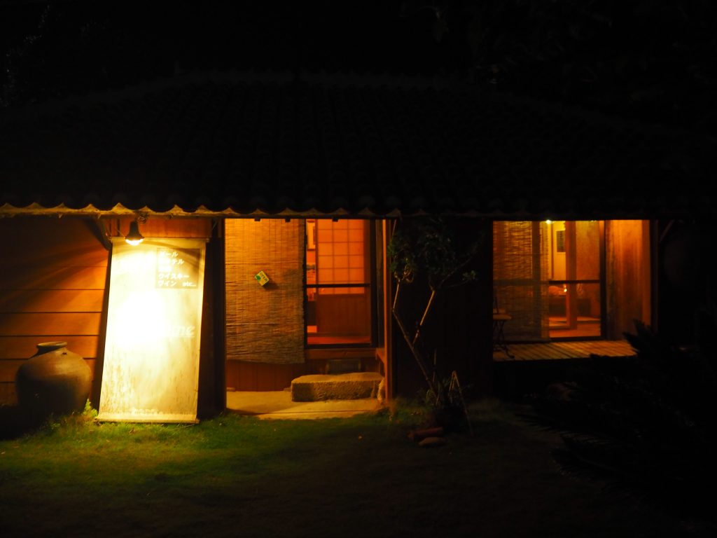 「ヨナミネハウス」外観。暗くてよく分からないが赤瓦屋根の古民家である