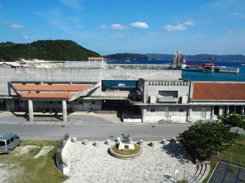 阿嘉港。座間味島のマリリンの方角を向いたシロの像がある
