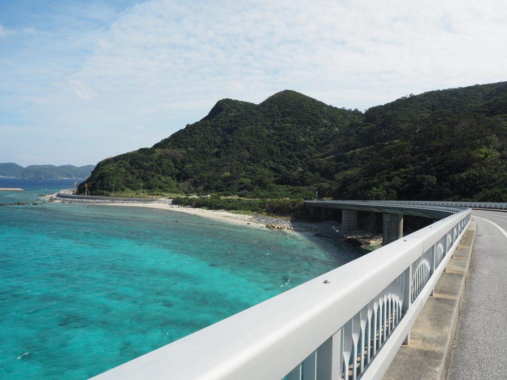 阿嘉大橋から慶留間島を望む