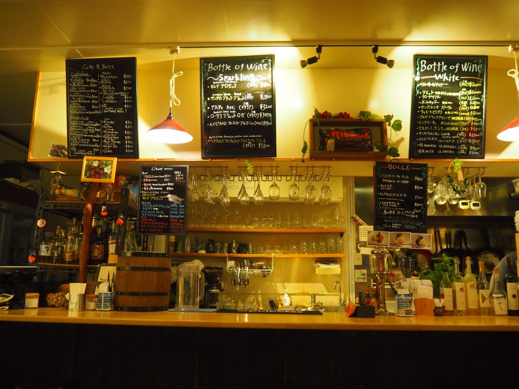 「café島むん+」の店内。ワインの種類が豊富