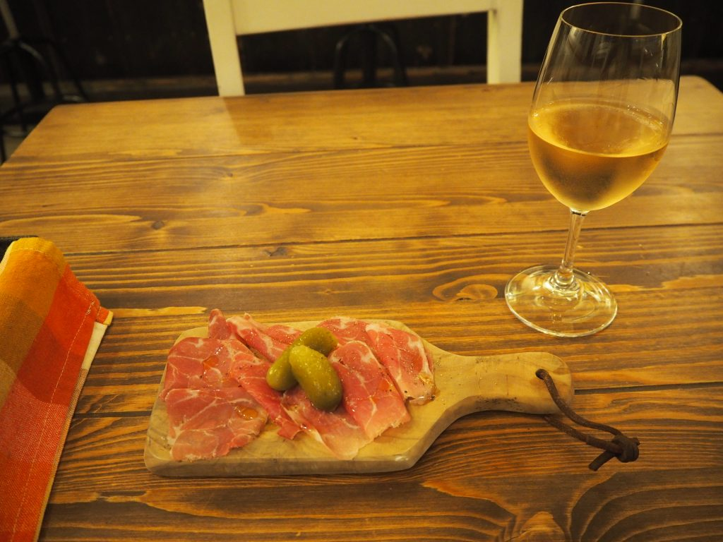 パルマ産生ハムとオーストラリア産オレンジワイン