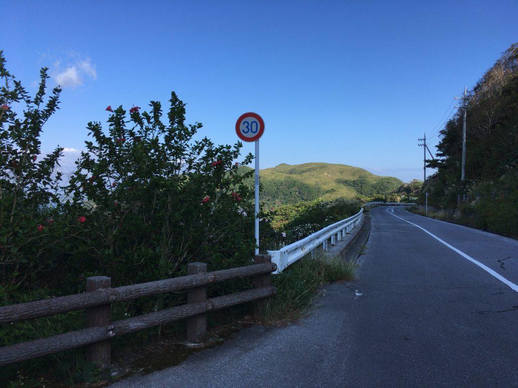 渡嘉敷島の道路。小さな島なのでゆっくり走ろう