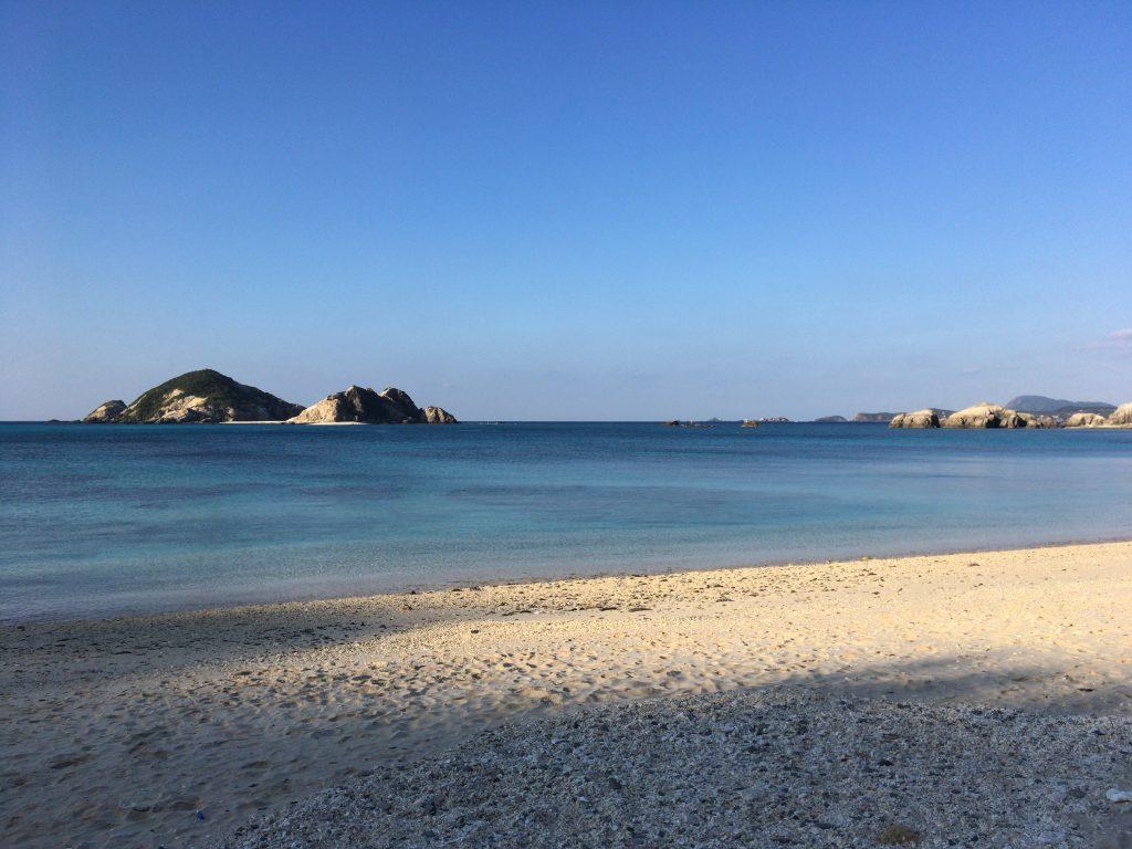 対岸には無人島のハナリ島が見える。渡し船あり