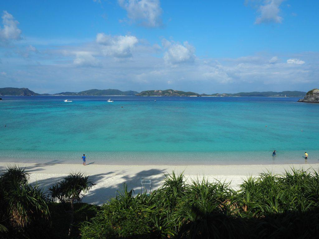 渡嘉志久ビーチ。前方には慶良間諸島の島々が見える