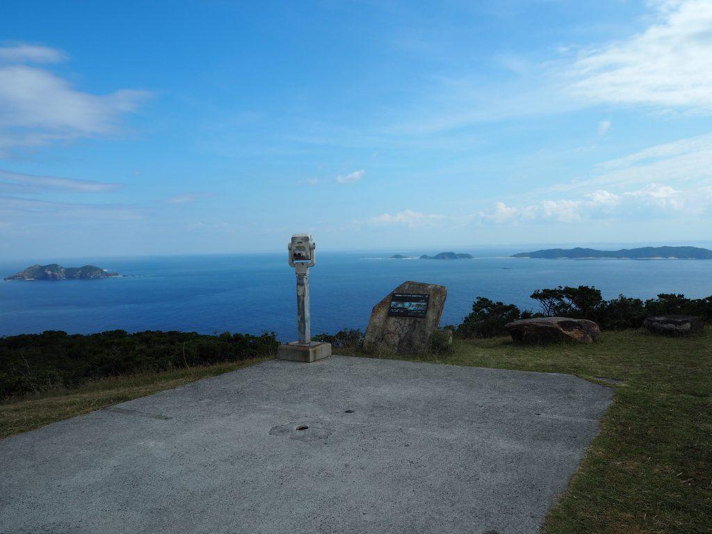 東展望台。前島とその奥に沖縄本島が見える
