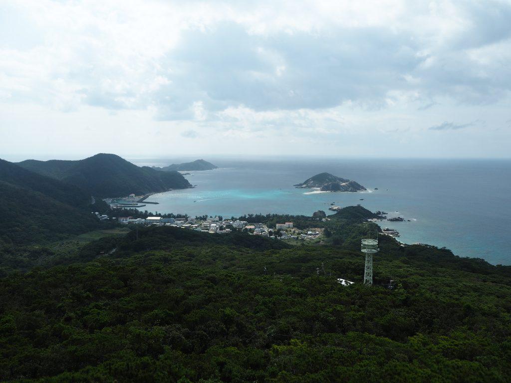 照山展望台から阿波連集落を望む。ビーチが見えないのが残念