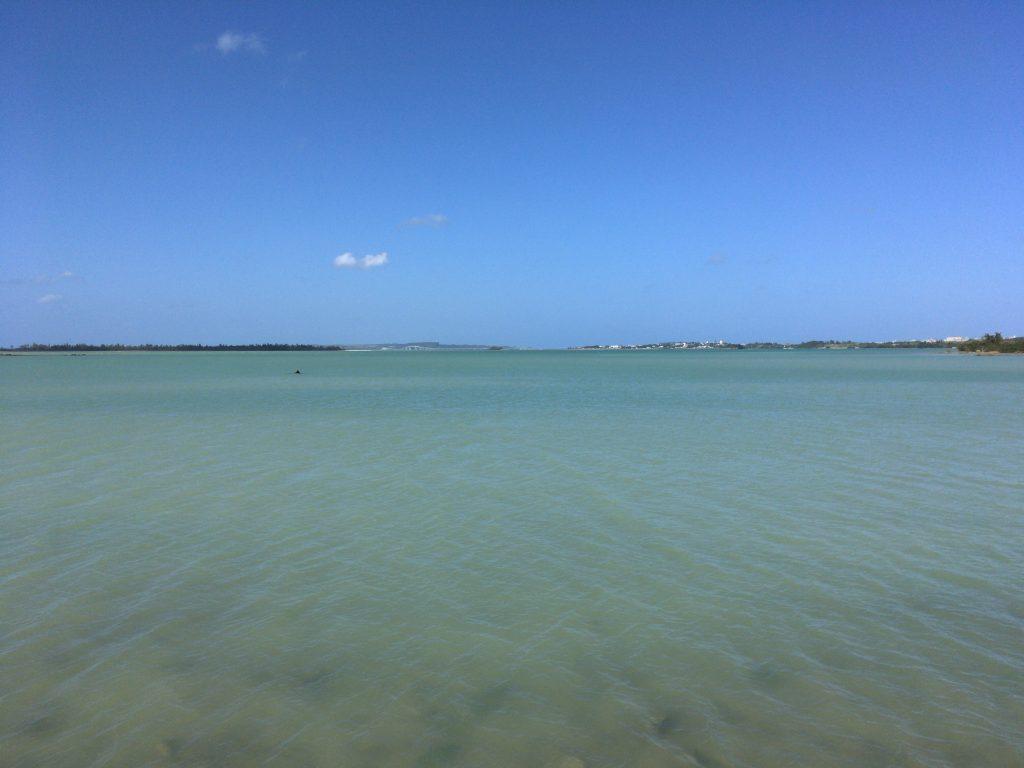 与那覇湾。前方に伊良部大橋が見える
