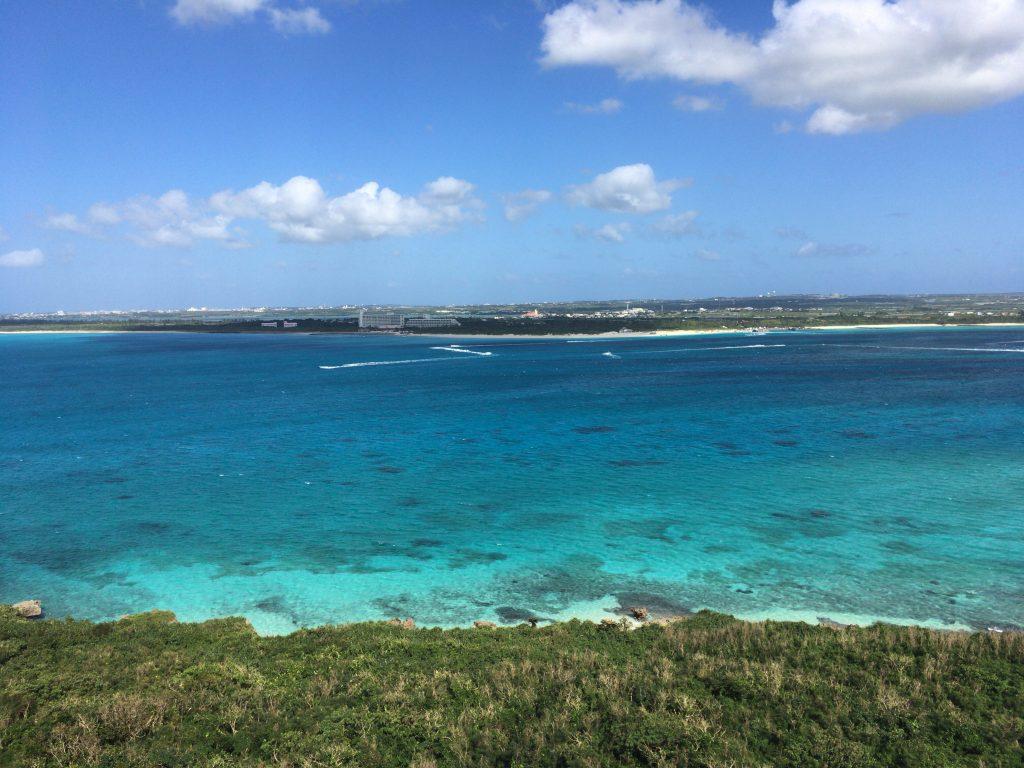 竜宮城展望台からの眺め。正面に与那覇前浜ビーチが見える