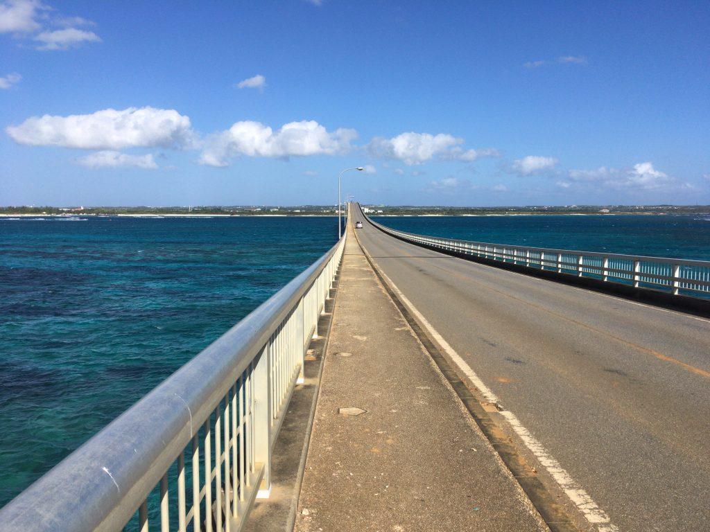 全長1,690mの来間大橋。自転車で渡るのは新鮮