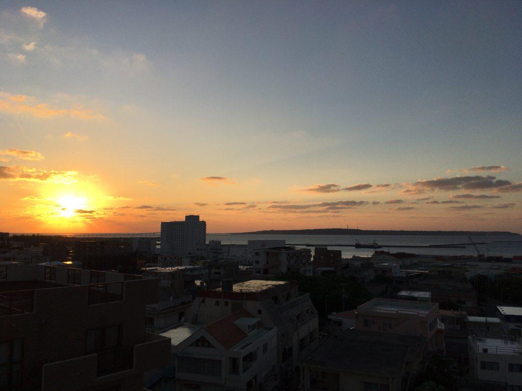 宮古島の海に沈む夕日