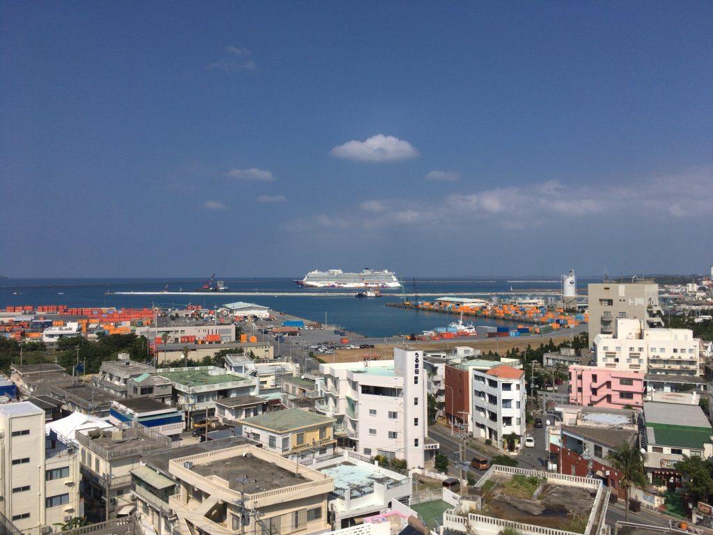 中国人観光客を乗せた大型クルーズ船。素朴な平良港にはなんだか不釣り合いだ