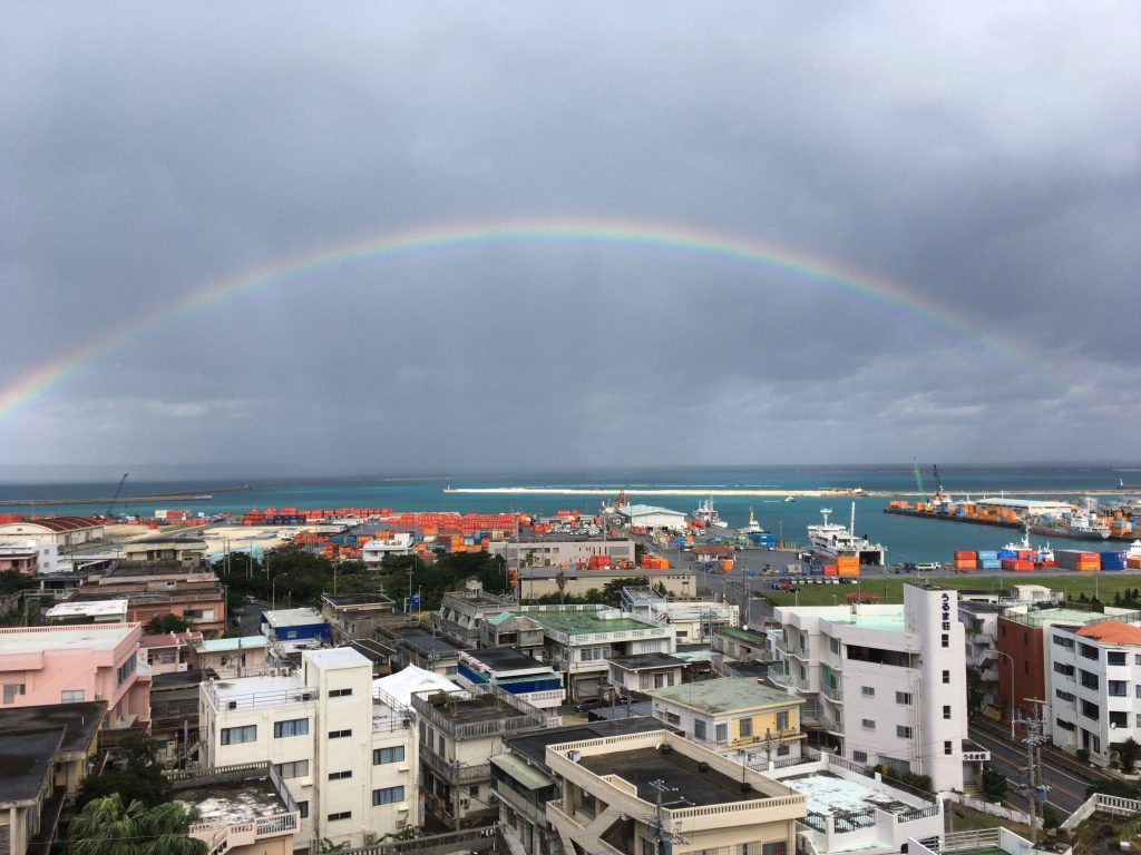 平良港にかかる虹