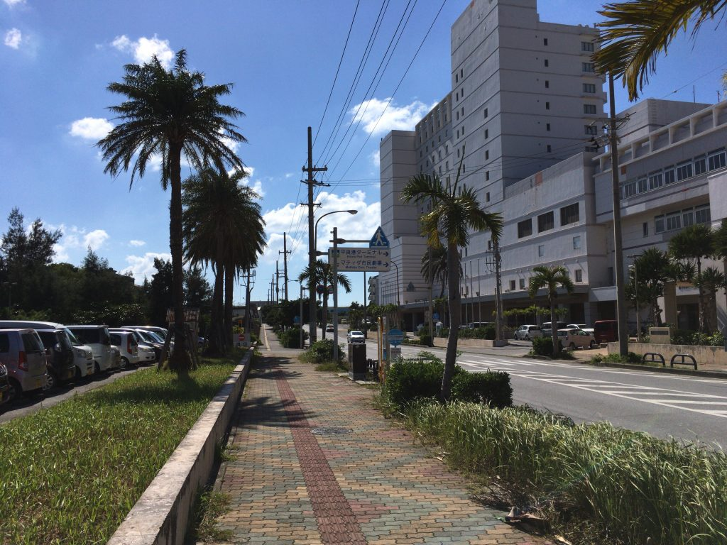宮古島の市街地からパイナガマビーチに向かって歩く