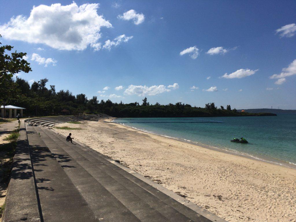 パイナガマビーチの全景。石段が特徴的なビーチである