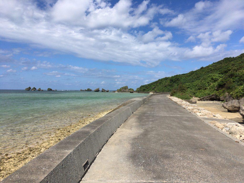 大神島を半周ほどできる道路。潮風が心地良い