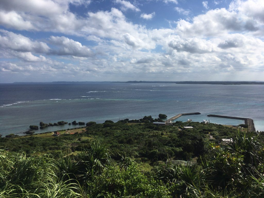 手前が大神港と奇石群、奥に見えるのが宮古島