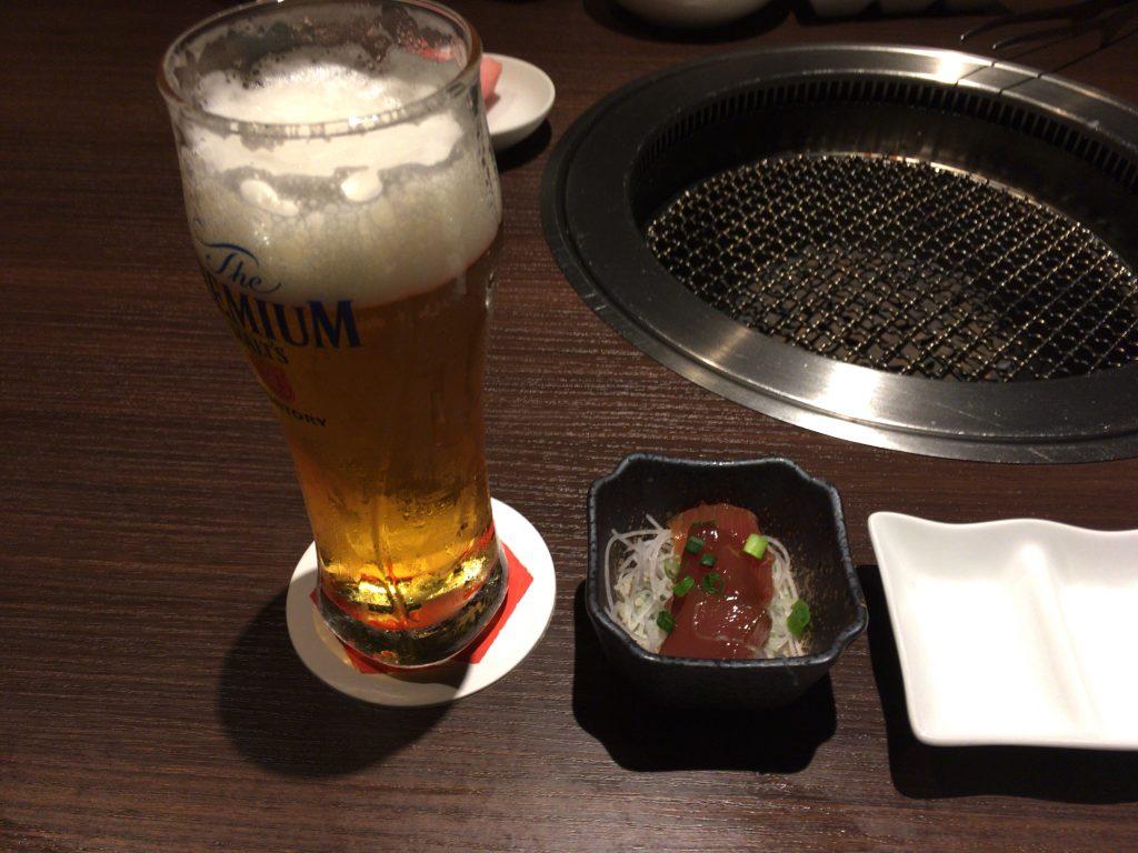 生ビール(プレミアムモルツ)とお通しのマグロのづけ