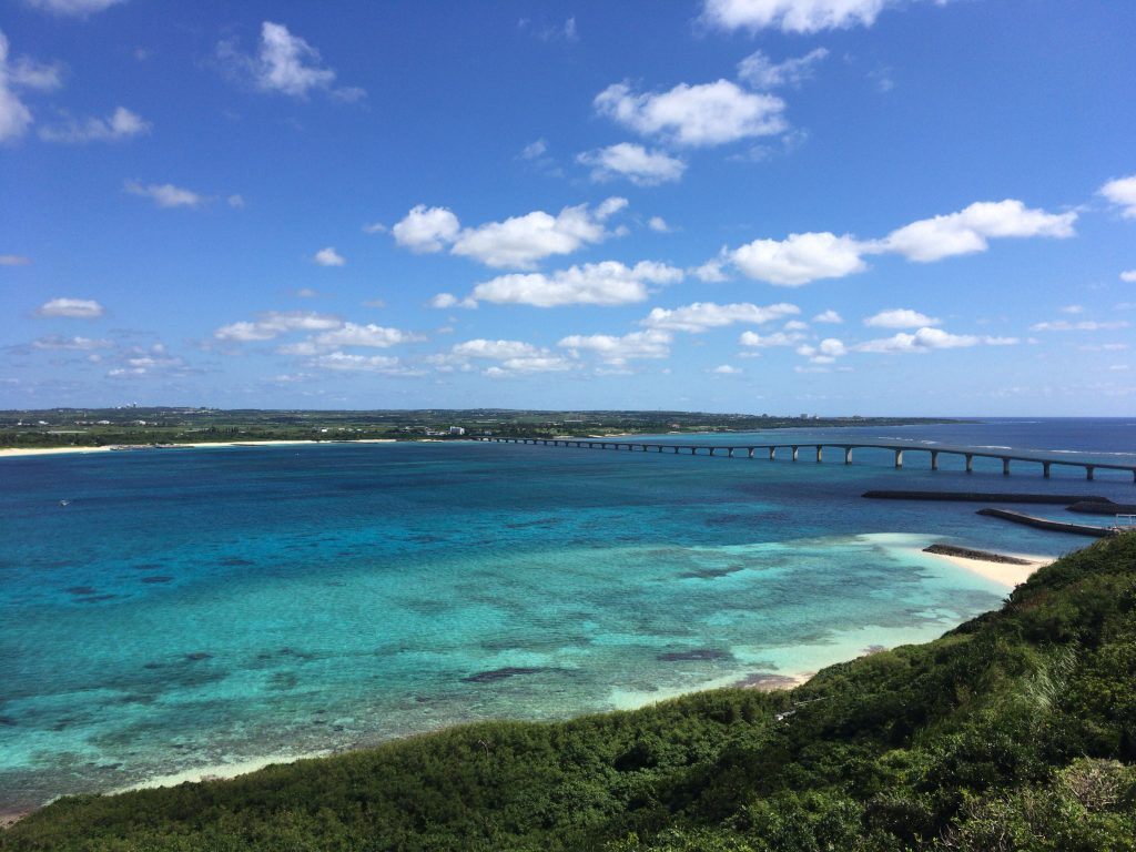 竜宮城展望台からの景色。来間大橋と対岸に見えるのは宮古島