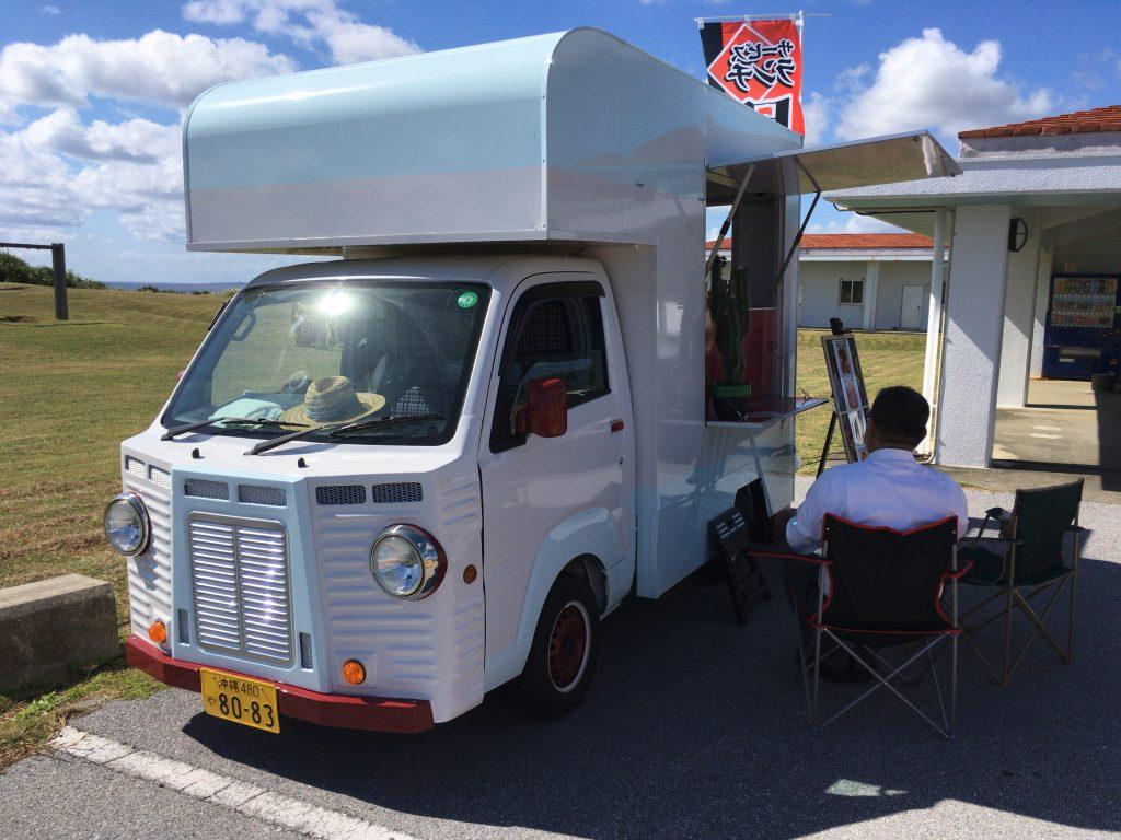 東平安名崎で営業しているフードトラック