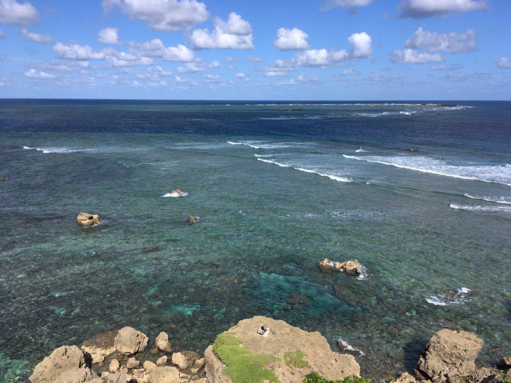 東平安名崎から見る景色。大海原に釣り人ひとり